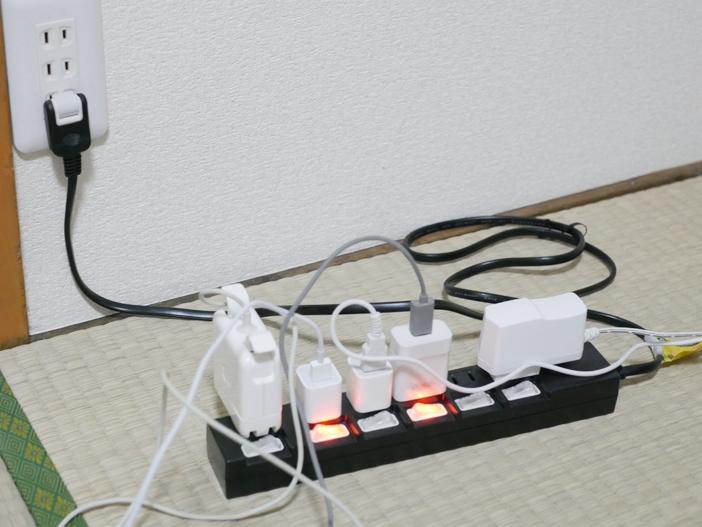 ごちゃごちゃする電源タップ周りを無印良品でスッキリ片付ける