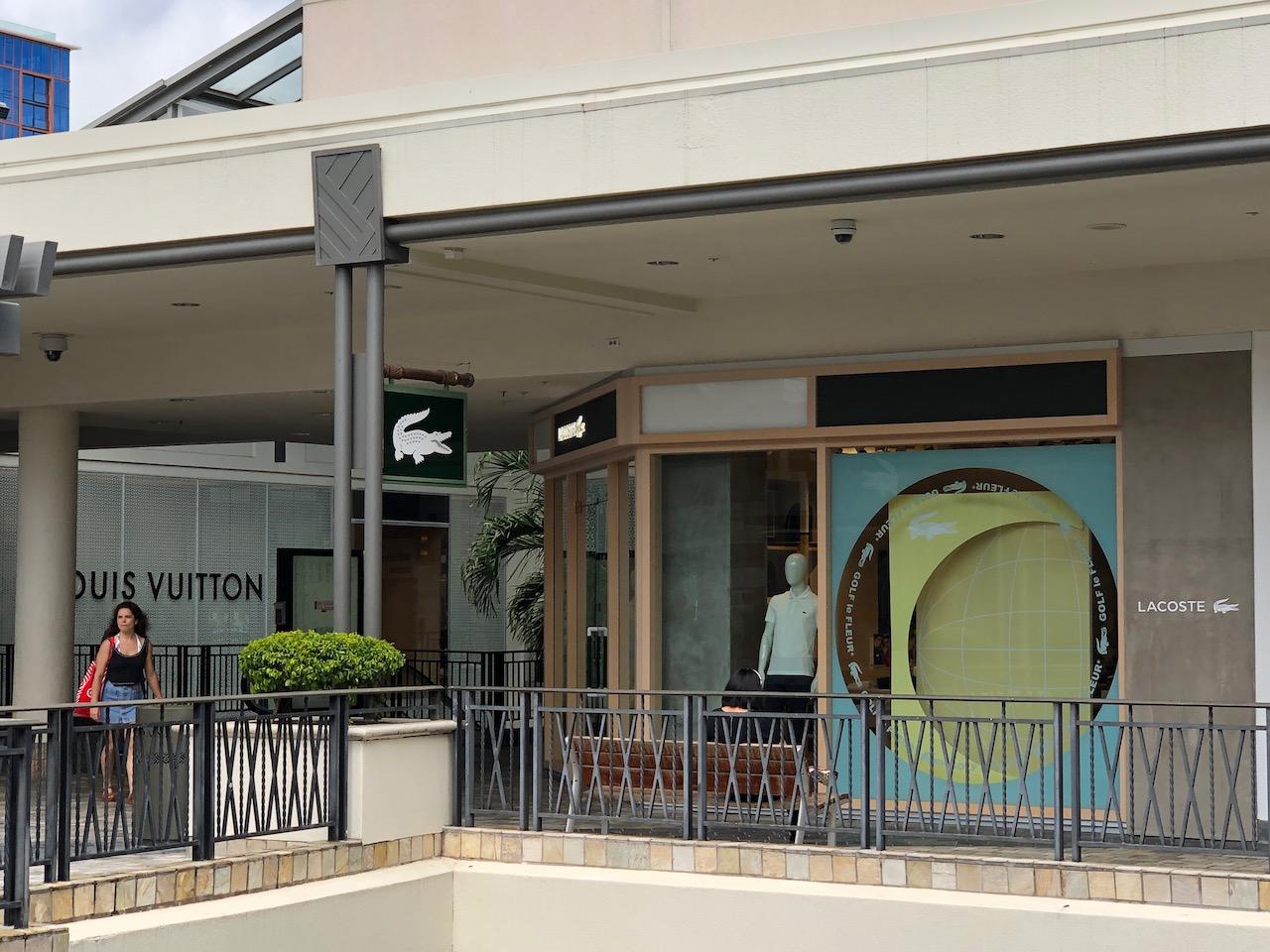 アラモアナセンター|ラコステなど有名ブランドのショップが入る