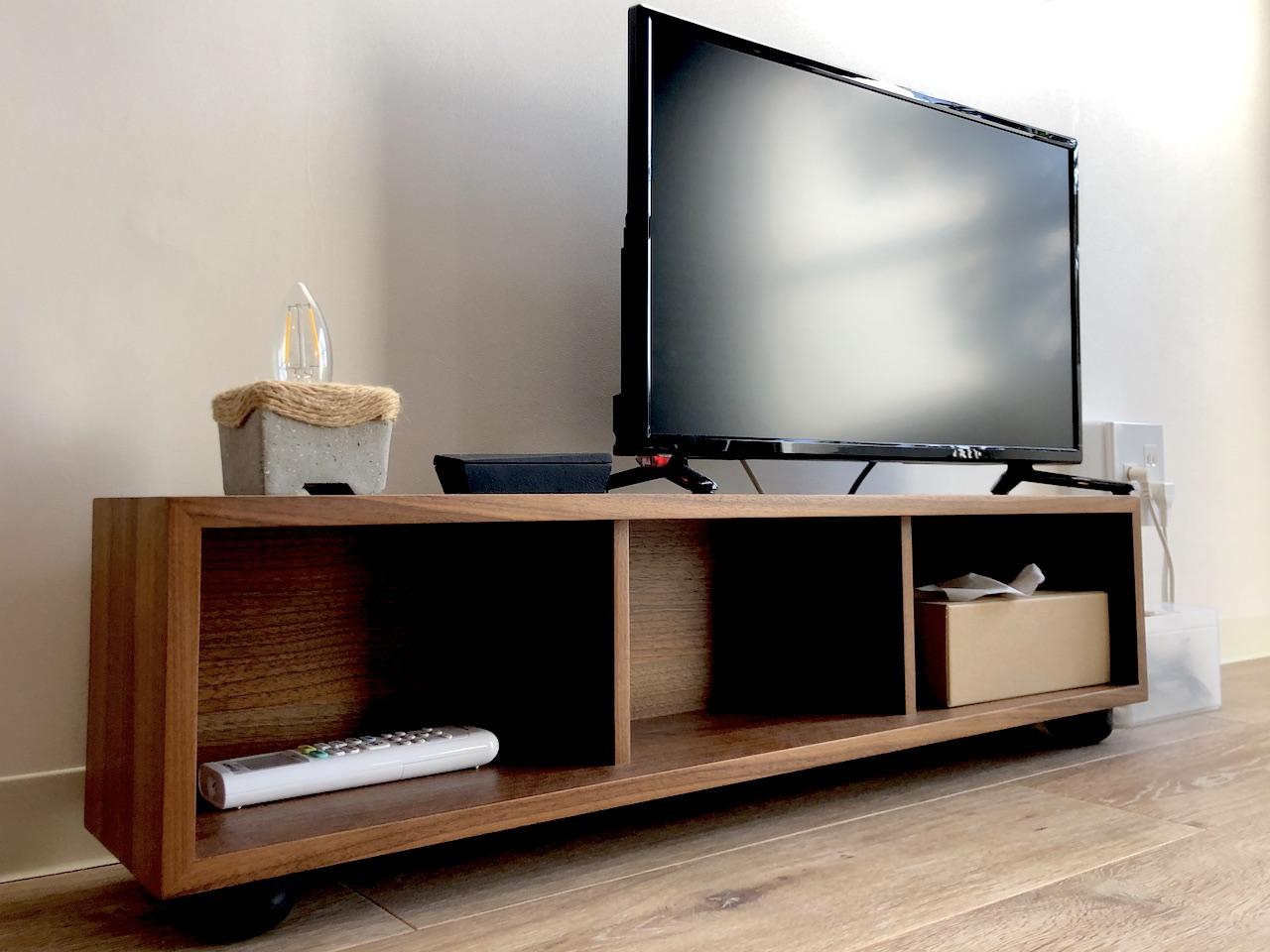壁に付けられる家具をテレビ台にカスタマイズする簡単な方法