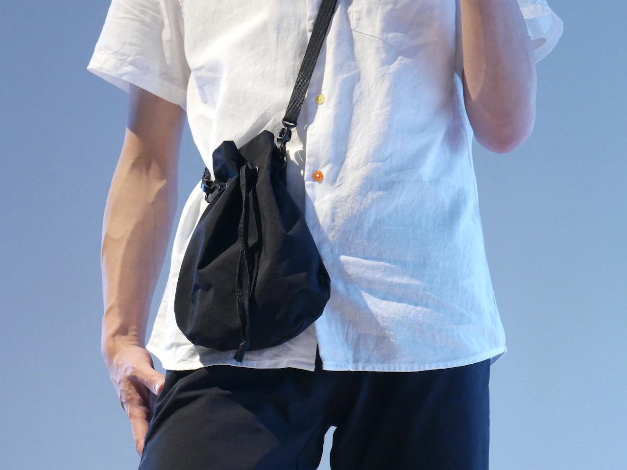 見た目と便利さの両立 MUJI Labo のジェンダレスなリップルナイロン巾着サコッシュ|無印良品系男子
